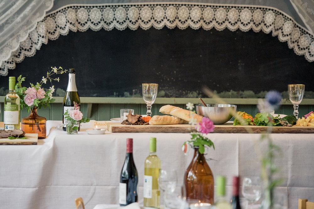Bohemiskt lantligt bröllop i gammal byskola-135.jpg