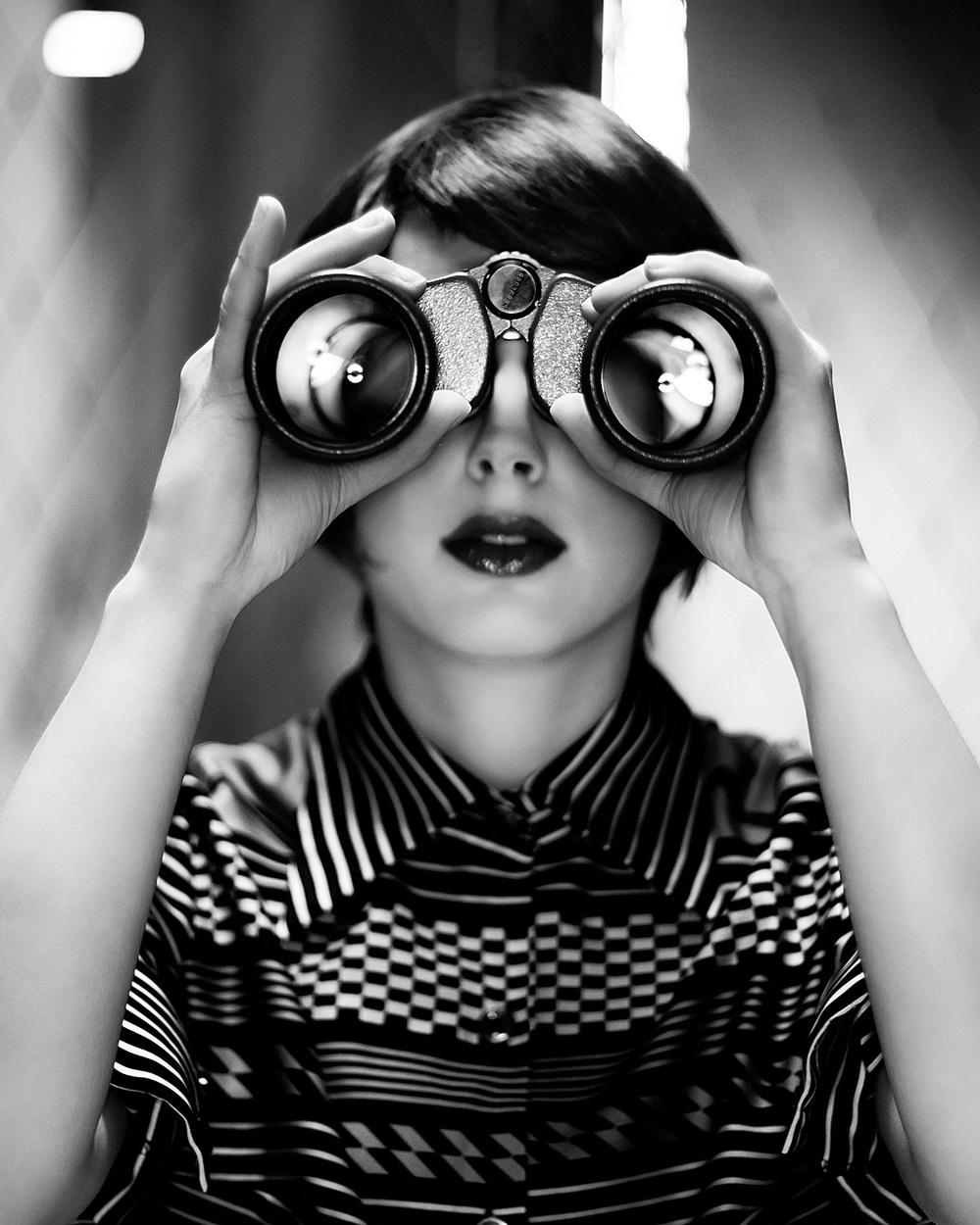 Modefotografie portret vintage verrekijker zwart-wit Strijp Eindhoven