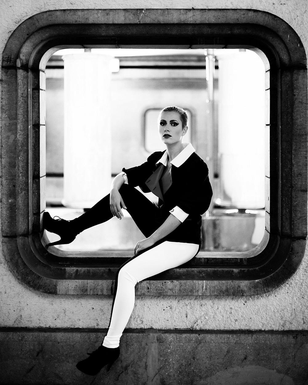 Modefotografie portret vintage zwart-wit viaduct brug Eindhoven