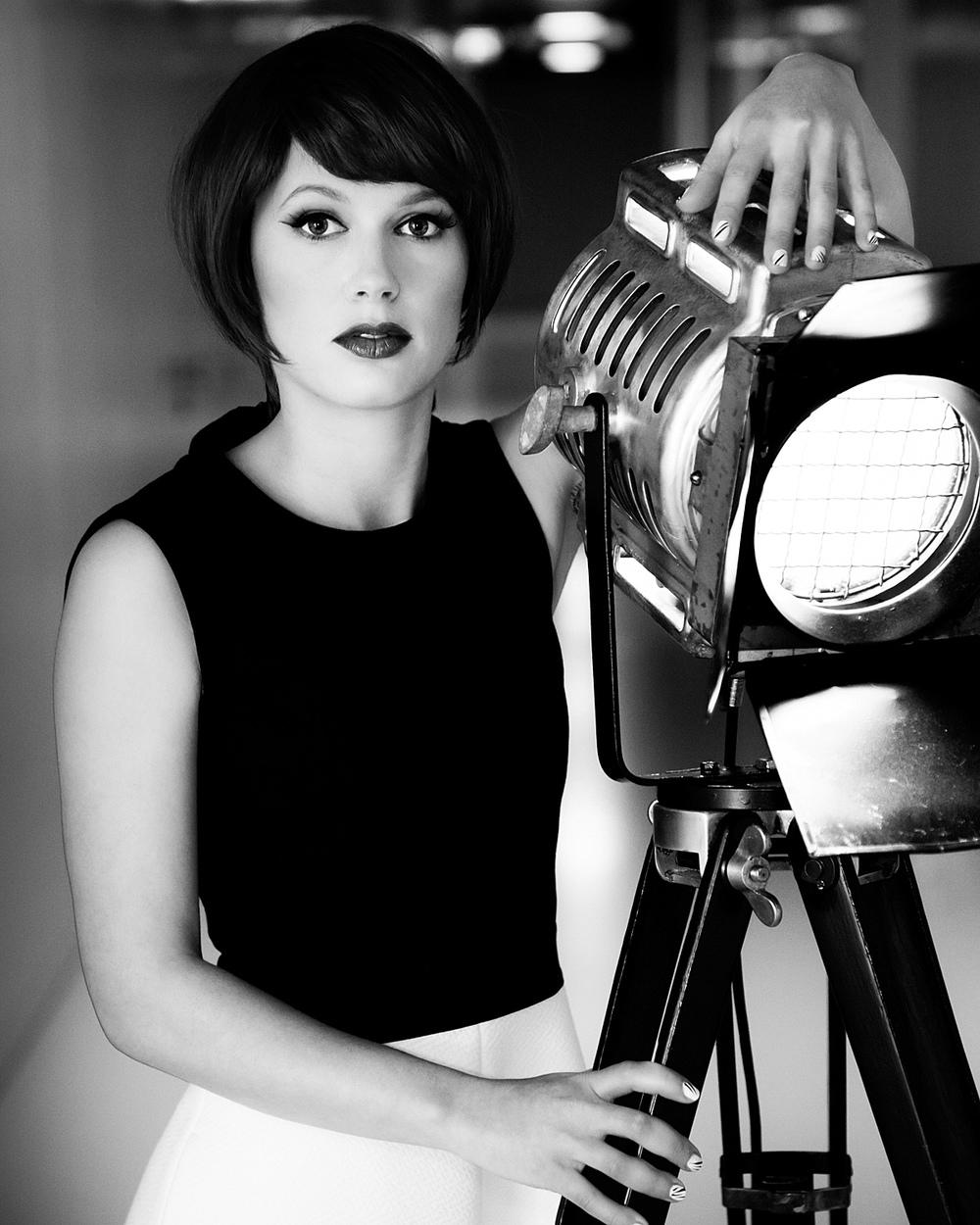 Modefotografie portret vintage lamp zwart-wit Strijp Eindhoven