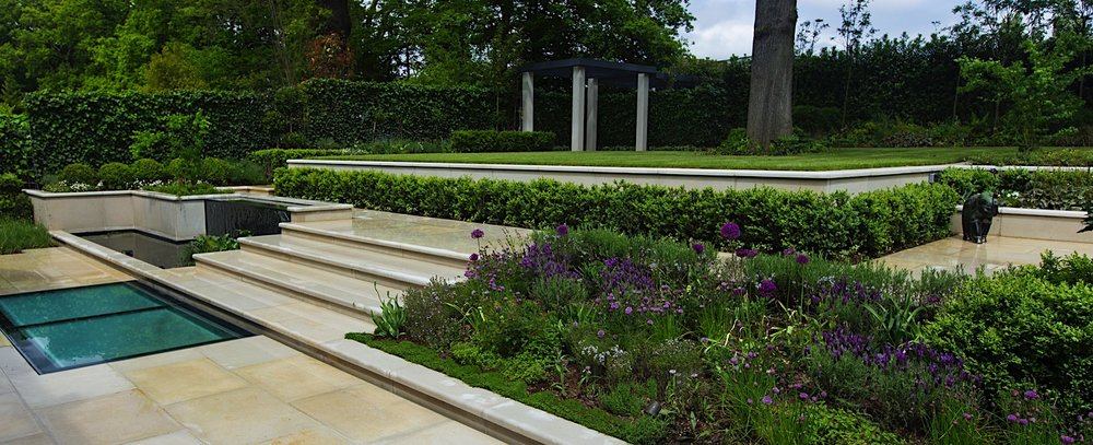 Classic and understated family garden in 1930s for Garden design 1930