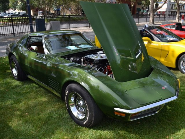 1972_Chevrolet_CorvetteCoupe_454ci_270HP_V-8_ofBW.jpg