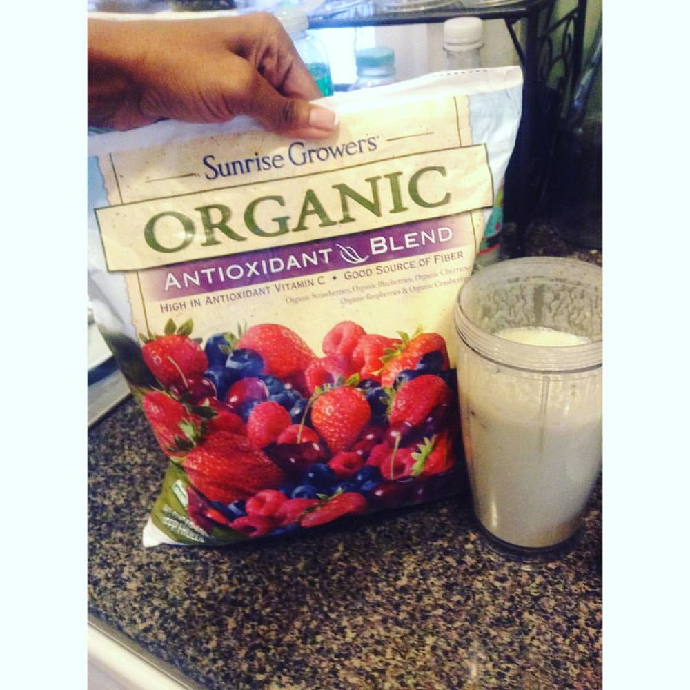Added these yummy frozen berries. #lunch #smoothie