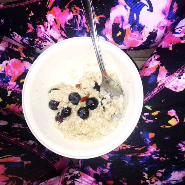 Breakfast with blueberries and yoga pants. #Oatmeal #Quinoa #PurelyElizabeth #PumpkinSeed #Cranberry #CoconutOil #blueberry #eatnaturally #Yoga #Pants #gojiberries