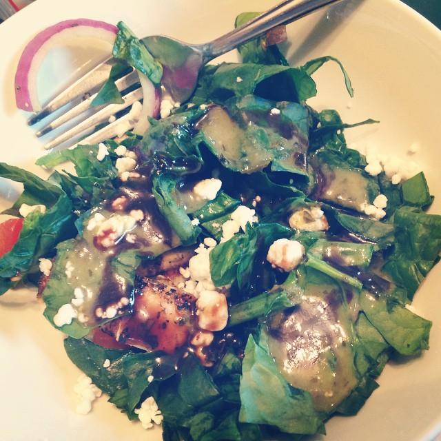 #spinach #romaine #mixedgreens #goatcheese #redonions #tomatoes #grilledchicken #CindysKitchen #sweetbasilvinaigrette #wholefoods #balsamicvinaigrette #eatnaturally #livehappily