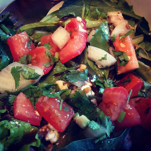 I'm obsessed with salads. Could be midnight and I will be munching on a salad. This was dinner. #tomatoes #cilantro #spinach #mixedgreens #mesclun #onion #goatcheese #chicken #livehappily #eatnaturally #salad #love
