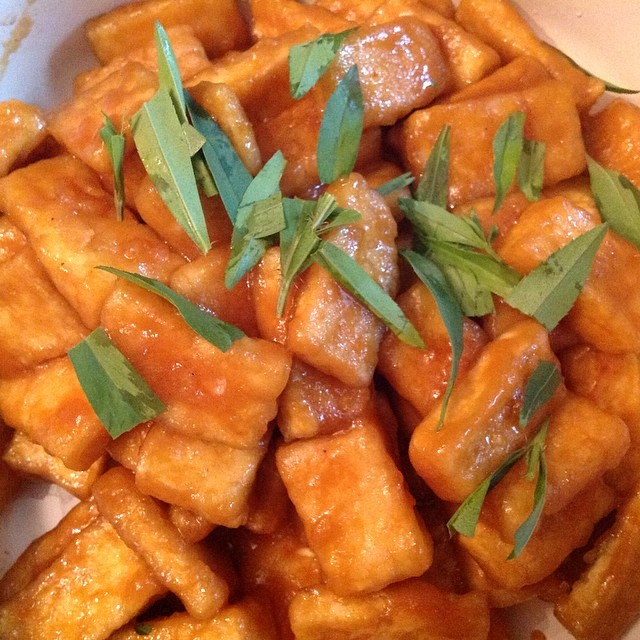 I loved this #orange #tofu recipe. I combined the techniques used at #seriouseats site: http://www.seriouseats.com/2014/02/vegan-experience-crispy-tofu-worth-eating-recipe.html Along with the marinade from #DamnDelicious: http://damndelicious.net/2013/10/19/chinese-orange-chicken/ and I had a yummy and flavorful orange tofu that I paired with #tarragon #eatnaturally #thecitruslife