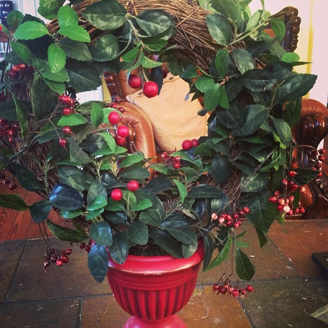 Potted wreath table decor. Love this holiday table piece. #lovetheholidays #happyholidays #blackfriday #livehappily #thecitruslife
