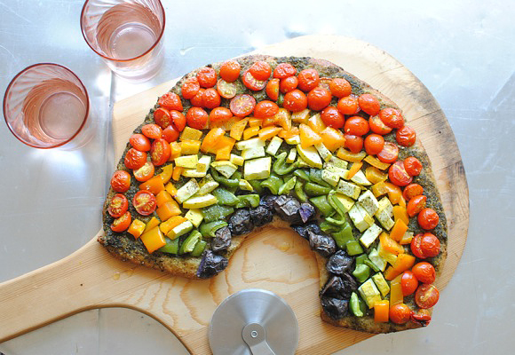 Going to try this recipe: Vegetable Pizza. heyfranhey: beautifulpicturesofhealthyfood: Rainbow vegetable pizza…RECIPE Whoa!!!