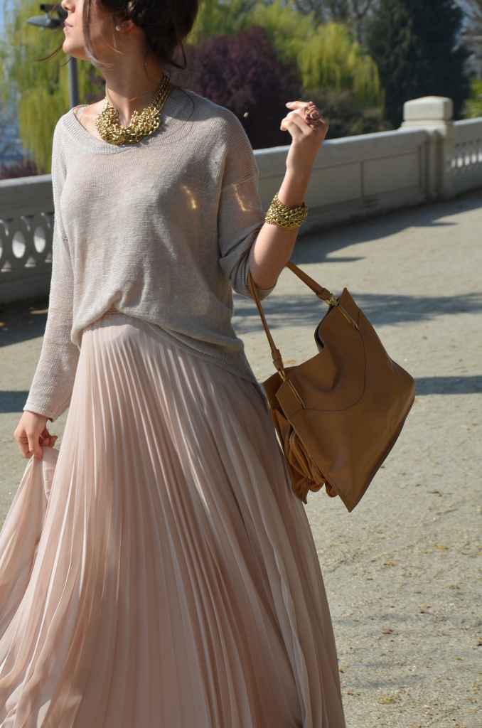 Here we go again with the pleated falda and sweater. It's so casually gorg!