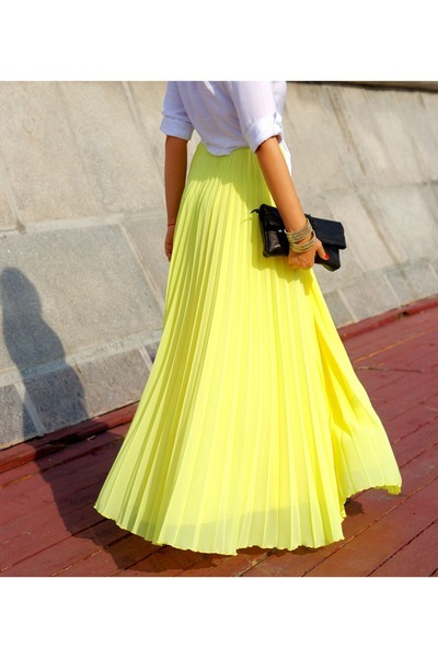 I adore this long, yellow, pleated falda (skirt). I could wear this out to a dinner with friends.