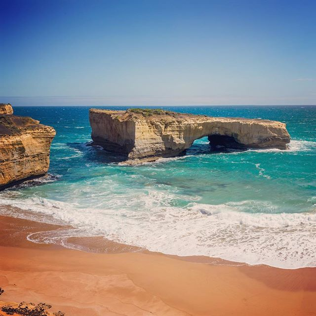London Bridge, Great Ocean Road. Check out my blog: www.fotoinusgrobler.com #australia #travelphotography #greatoceanroad #naturephotography #ocean #waves #photooftheday