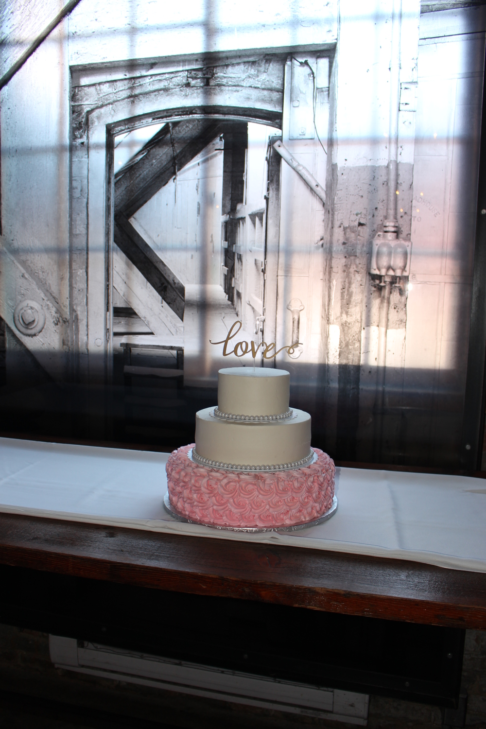 Love the frosted glass backdrop for the cake!