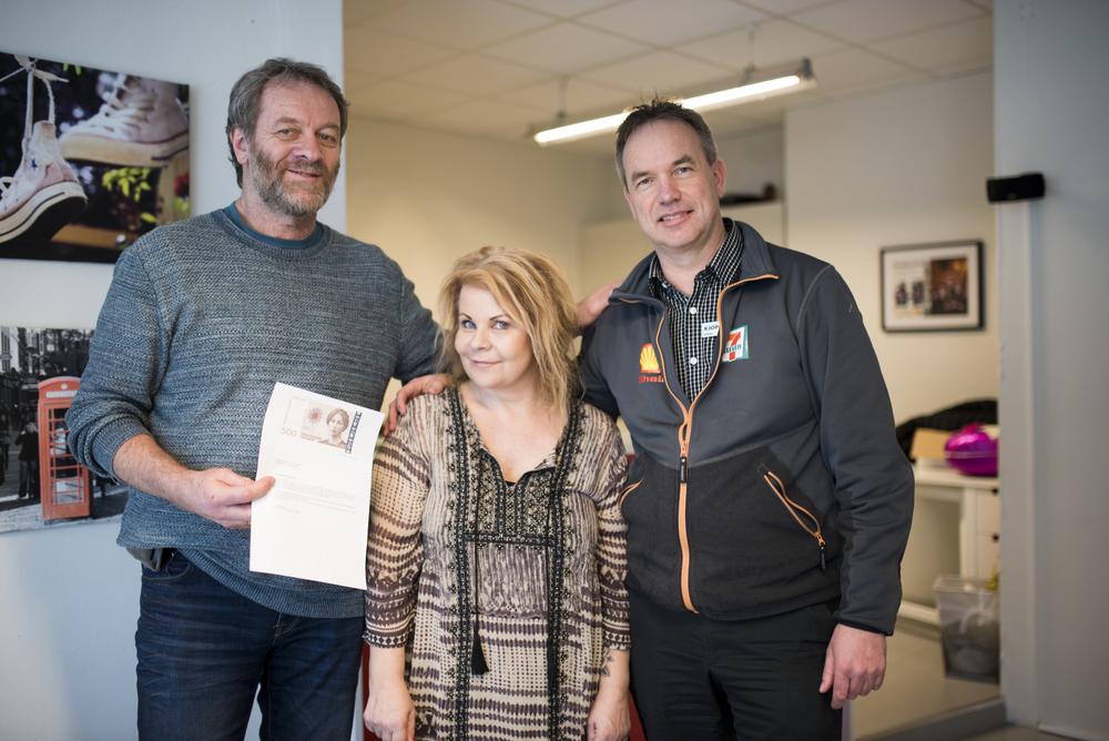– Slik støtte betyr mye for oss, sier Rune Skøyen (t.v), her sammen med Aino Holm, som er frivillig, og Terje Fatland fra Shell 7-elevn.