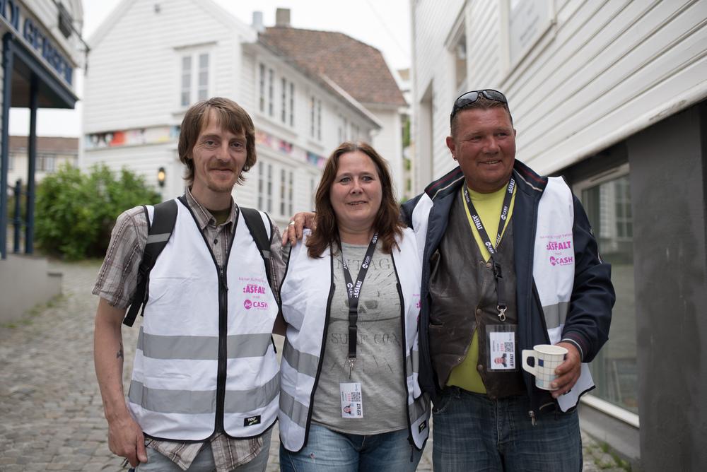 Tor Egil (f.v.), Monika og Henning er blant våre Asfalt-selgere som tester ut digital betaling.