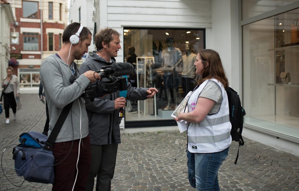 Under lanseringen av mCASH var jeg med og tok bilder. Påbildet over er jeg med Asfalt-selger Monika da hun ble intervjuet av NRK Rogaland.