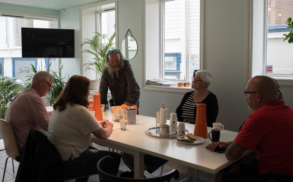 På salgskontoret i Stavanger går snakken om alt og ingenting mellom Asfalt-selgere og de frivillige.
