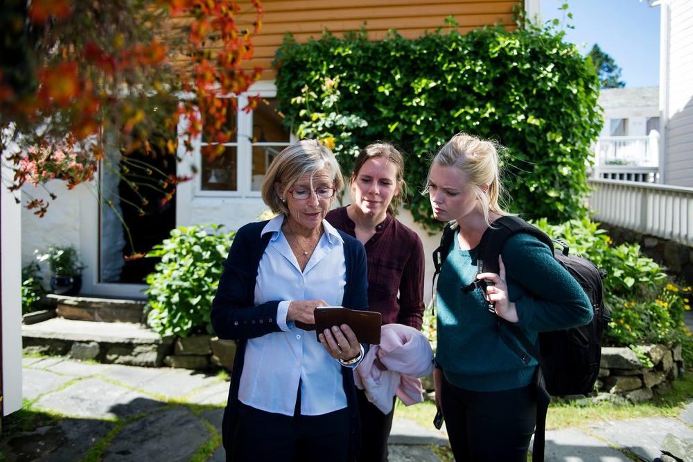 Her er jeg sammen med Mette Hiorth Soland (t.v) og Asfalt-journalist Jorunn Busk på Handelsstedet Ramsvig. Foto: Carina Johansen