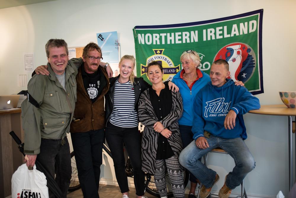 God stemning på salgskontoret i Stavanger.Fra venstre: Asfalt-selger Audun, Asfalt-selger Kjetil, meg, frivillig Jenny, frivillig Elise og Asfalt-selger Kjetil. Foto: Hanne Høyland