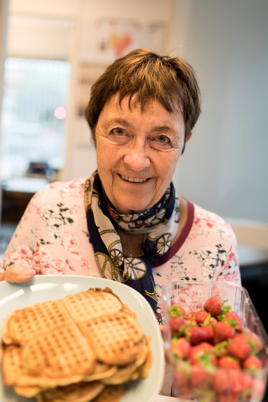 Turid Lindheim Nilsen tar alltid med seg nystekte vafler til salgskontoret i Sandnes. I går hadde hun også ferske jordbær fra Finnøy med seg.