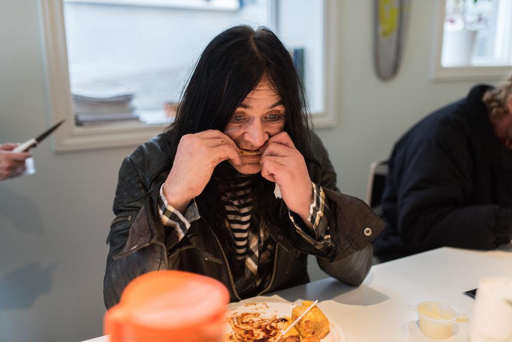 Å nei, skal du ta bilde av meg mens jeg spiser? Det er jo det verste tidspunktet, men jeg ofrer meg for deg, sier Kjetil til fotografen.