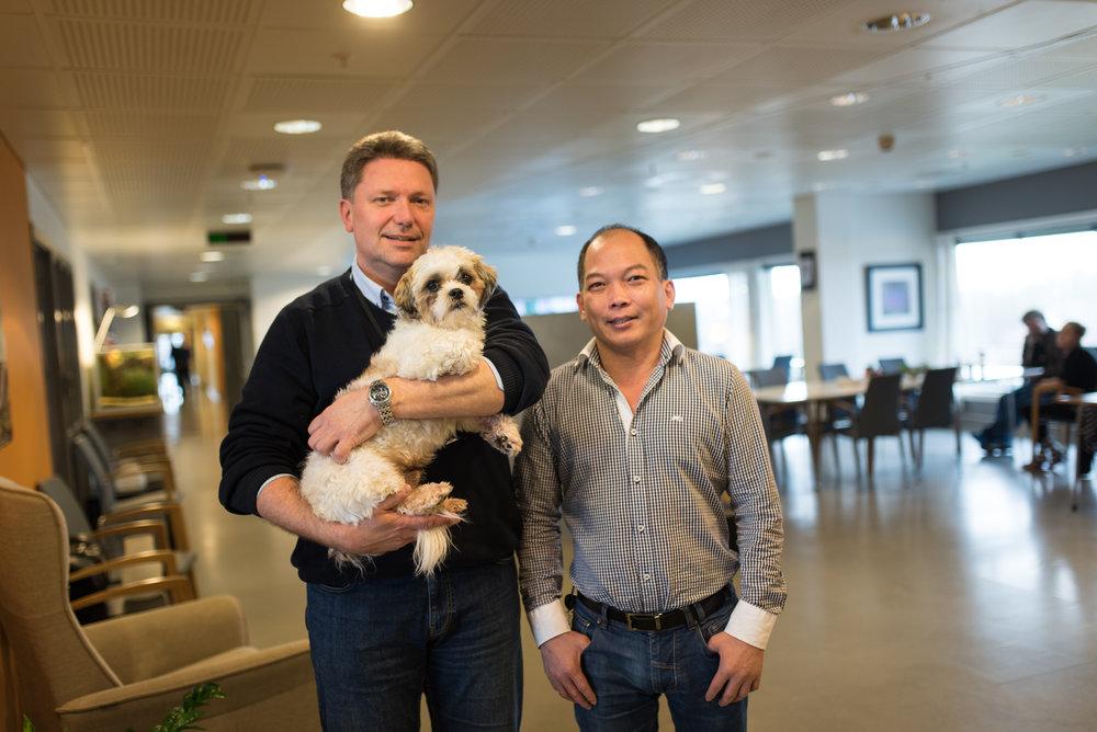 Avdelingsleder Rune Skjæveland og hunden Mias, sammen med fagansvarlig Son T. Tran.