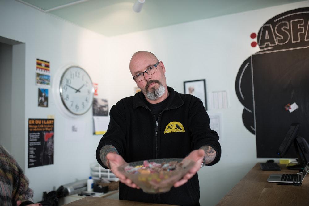 Tom Erik Eltervåg feirer at hverdagen er tilbake med rester etter påskeharen.