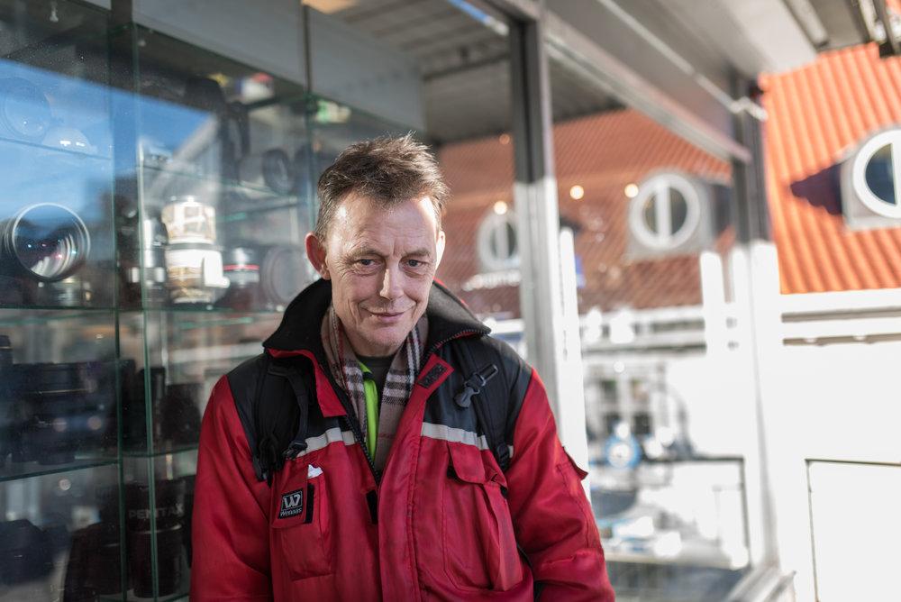 Det er en fornøyd hobbyfotograf som får bildene utstilt hos Stavanger museum. FOTO: Hanne Høyland