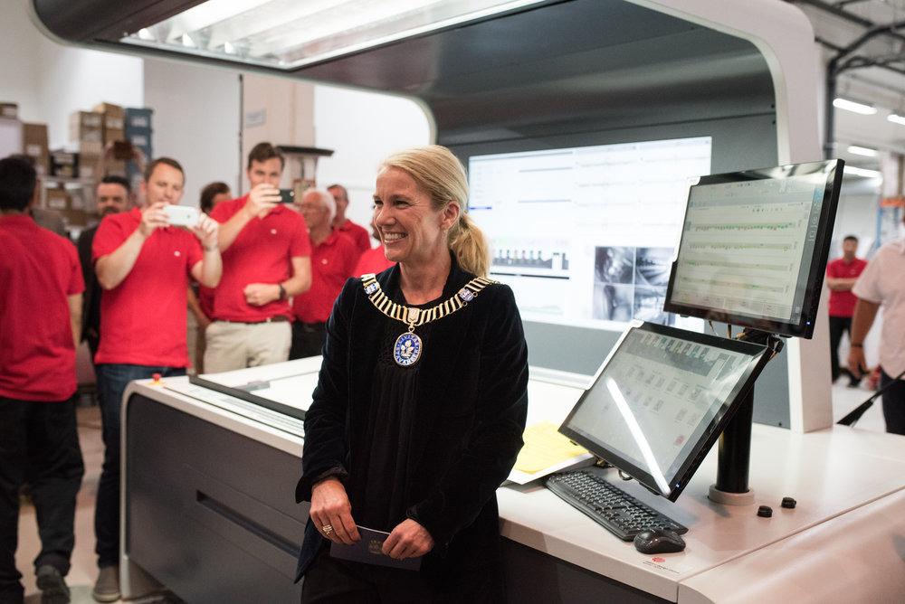 TRYKKER ASFALT: Ordfører Christine Sagen Helgø åpnet markeringen av den nye investeringen til Kai Hansen Trykkeri. Først ut av trykkerimaskinen var det nyeste nummeret av Asfalt.