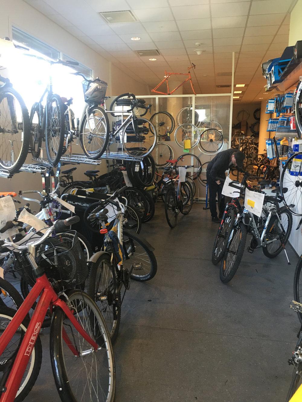JOBB MED MENING: Danske Søren Andreassen elsker jobben sin ved sykkelverkstedet «Paahjul». Her gjør han mer enn å bare skru sykler.