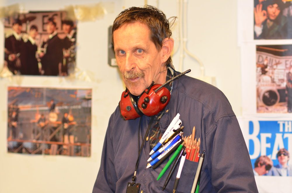 Helge Røysland på jobb på inkluderingsbedriften Attende. I over 25 år har han vært i jobb. Foto: Borghild Gudmestad