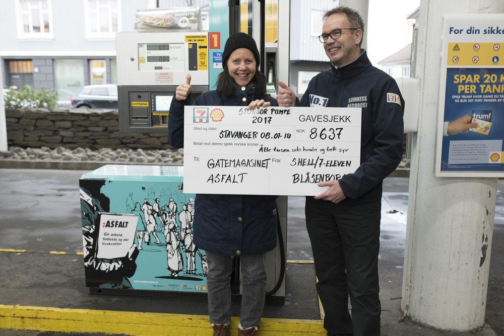 HURRA: Drivstoffpumpa på Blåsenborg i Stavanger gir god avkastning til Stiftelsen Gatemagasinet i Rogaland sitt arbeid. Daglig leder Christine Midbøe setter stor pris på bidraget fra Terje Fatland som drifter Shell/7-eleven-stasjonene i Sør-Rogaland.