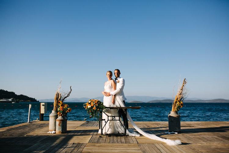 Güzel sahil otellerinin birinde düğün ve kutlamalar için oluşturulmuş iskelede nikah töreni sonrası çekilen bir Bodrum düğün fotoğrafı