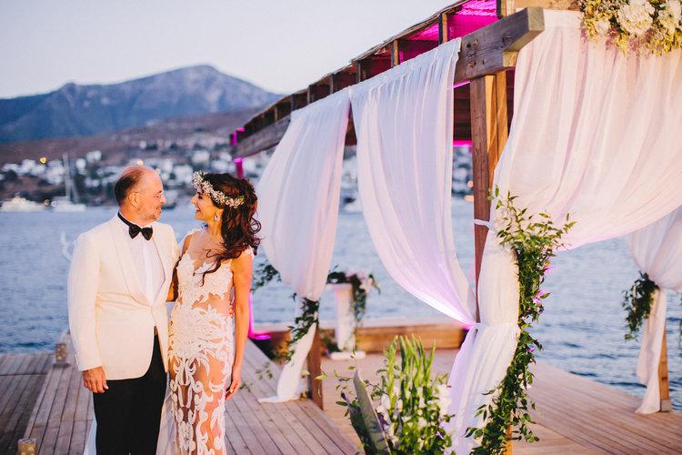 Sahil otellerinin Deniz üzerine yaptığ nikah alanlarından birinde çekilmiş bir Bodrum Düğün Fotoğrafı