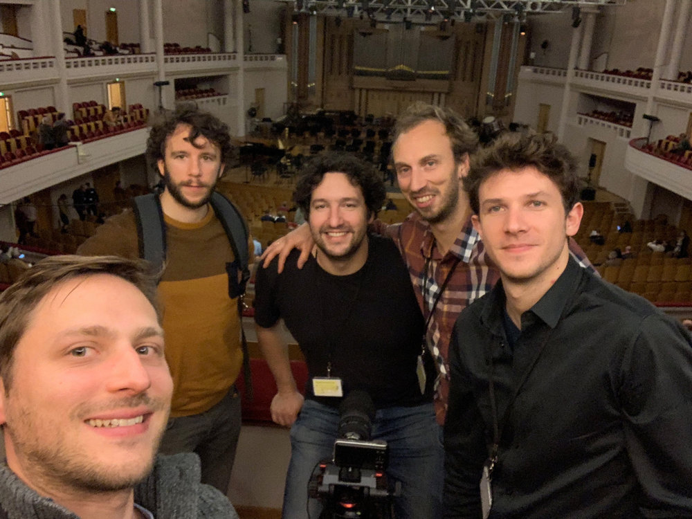 Avec l'equipe en tournage dans la mythique salle de concert bozar à bruxelles