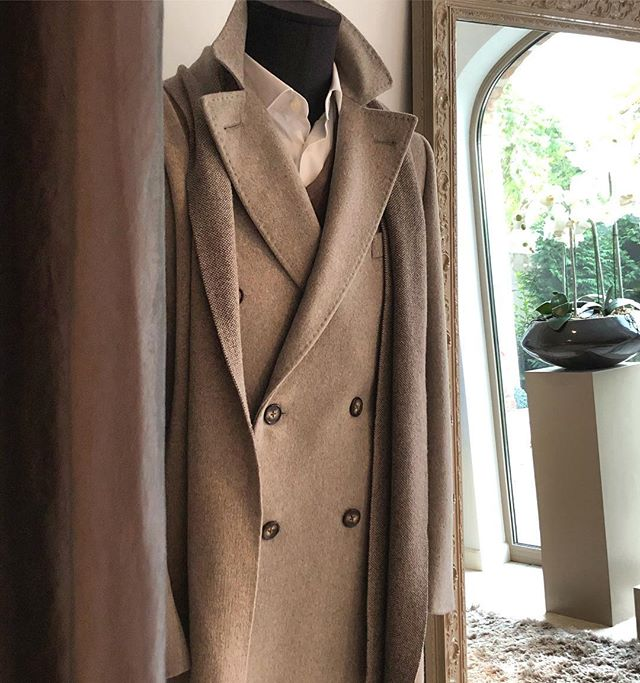 CustomMade cashmere coat  ready for Mr P.R. ✔️ #bespoketailoring #cashmere #coat #hasselt #belgium #menswear #mensstyle #sprezzatura #rutgerzantino #beige #scarf #menfashion #menwithstyle