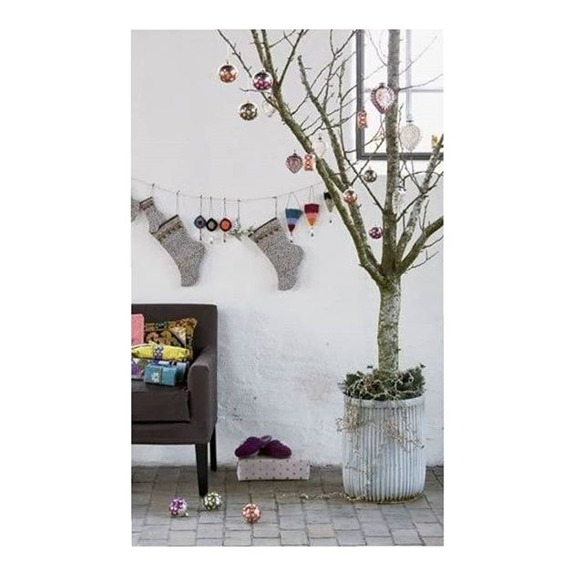 Un árbol de Navidad diferente y atemporal. . . . . . . . . . . . #Navidad #christmastree #decoracion #deco #christmasdecorations