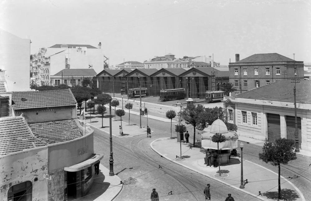 Avenida Duque de Ávila com a estação da Carris  , Arco do Cego, 1940.   Eduardo Portugal,  in  Arquivo Fotográfico da C.M.L