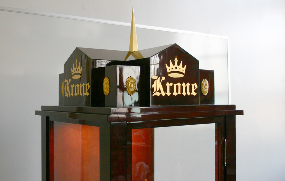 Oil gilding - Krone logo and ornamentation on display cabinets