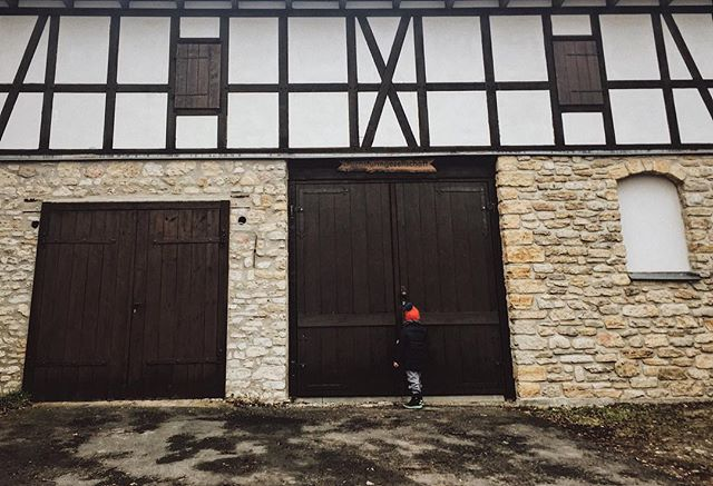 He knocked on this big wooden door for quite awhile, convinced Santa Claus was inside. I have no idea why 😂 #kidsareweird #kidsareawesome #iphone6 #phoneography . . . #jena #germany #fuchsturm  #soisses #nudelnmitketchup #familienreportagen #jenacity #familyphotojournalism #keepingitreal #authentisch #documentary #picoftheday #letthekids #documentaryphotography #documentaryphotographer