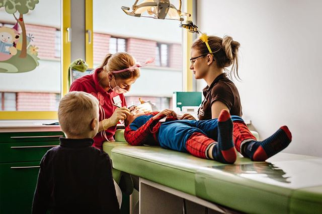 Even Spider-Man needs to get his teeth cleaned 2x a year 😆 he was so brave this time, and even tried to encourage his little brother that it's not so bad (didn't work, but that's a whole other story). . . . . . #jena #germany #familienfotografie #soisses #nudelnmitketchup #familienreportagen #jenacity #familyphotojournalism #keepingitreal #authentisch #documentary #picoftheday #documentaryphotography #spectrum_inspired #asd #brothers #dentist #kinderzahnarzt #spiderman #fasching #karneval