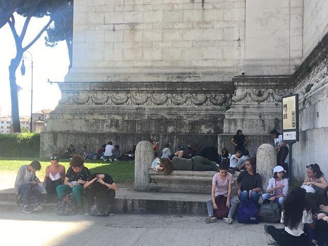 Italian lovers napping on a bench oblivious to a herd of middle schoolers. #eternalcity #loverofrome