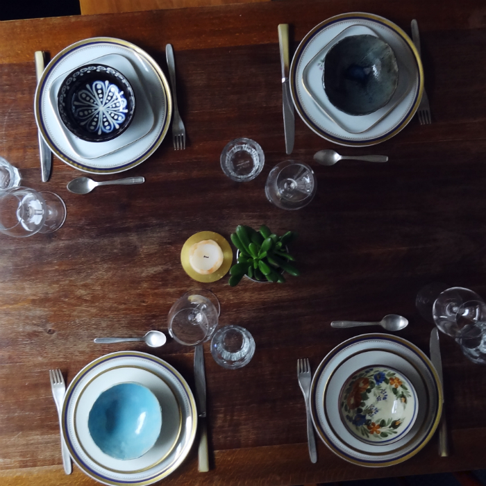 Gedeckter Tisch Essen Römertopf und Lemons