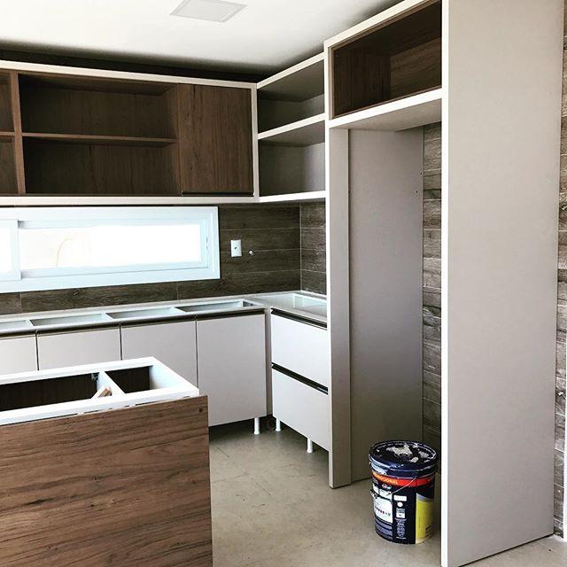 Verificando a montagem dos móveis! Mais um projeto que saiu do papel!! #tmtinteriores #designdeespacos #designdeinteriores #interiordesign #kitchen #cozinhacomilha #cozinhafuncional #bc #balneariocamboriu