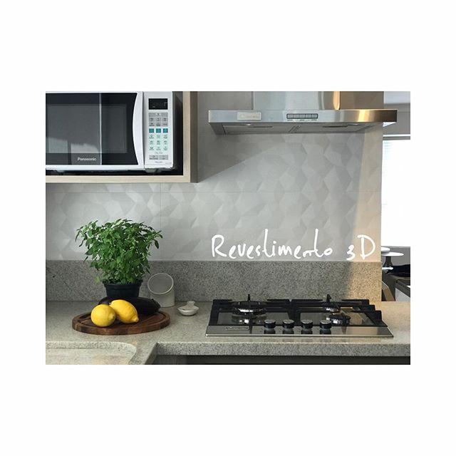 Detalhe para esse revestimento lindo 3D da @portobello_sa !! Adoramos ele colocado! #projetotmt #tmtinteriores #interiordesign #designdeespacos #designdeinteriores #revestimento3d #ceramica #cozinha #cozinhafuncional #ambientesintegrados #balneariocamboriu #bc