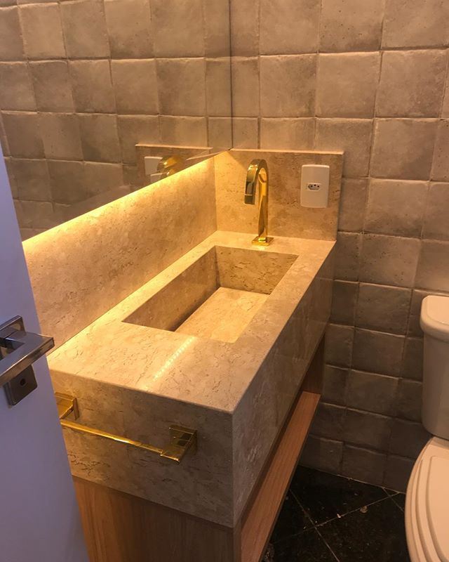 Quase pronto o lavabo!! 😍 Revestimento Toki algodão da @portobelloshopbc - cuba esculpida no mármore travertino @marmoraria_styllo ! Metais @decaoficial Gold @volareacabamentos ✨Marcenaria @styllosmoveisexclusivos - iluminação @ilustres_iluminacao! #projetotmtinteriores #tmtinteriores #interiordesign #lavabo
