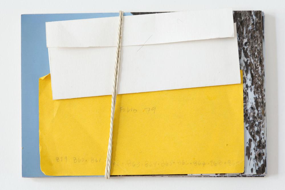 Paquete de 11 postales entregado a los colaboradores con papel de bitácora del viaje postal