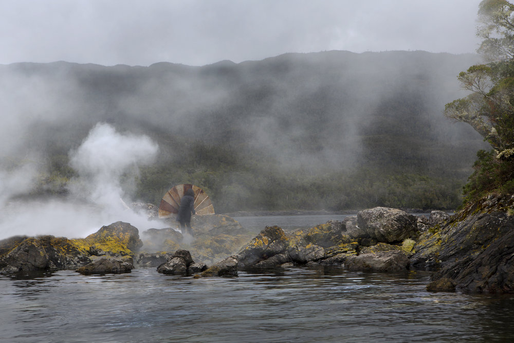 Señales de humo. abanico y humo en isla Humos, Aysén.