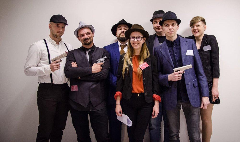Razigrana ekipa iz Nanobita u igraonici proslavlja pobjedu na hackatonu - Prizor iz igre iz serijala Famiglia Bonifacio -Večer prijeFoto: Edita Sentić