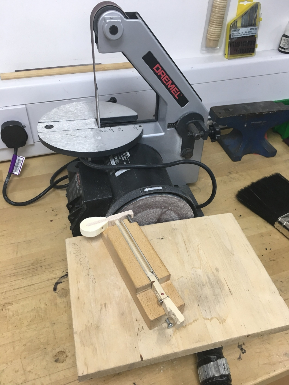 Jig for making hammer tails